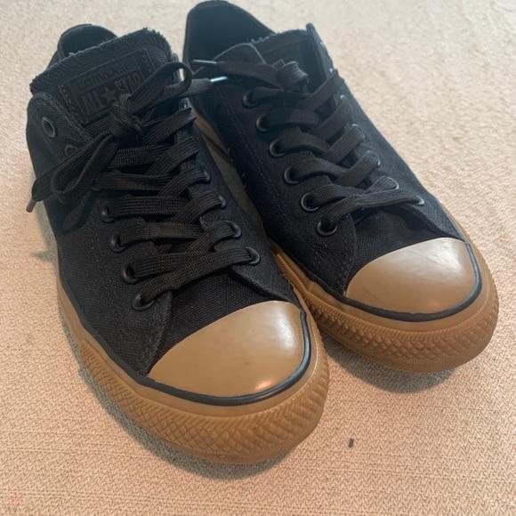 Converse Chuck Taylor's size 9.5 blk w/ gum bottom